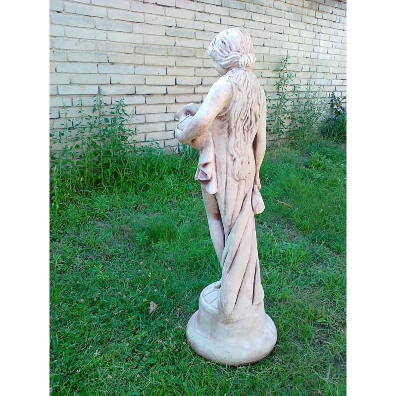 Zahradní socha dívka stojící se džbány