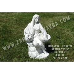 Dívka sedící se džbány
