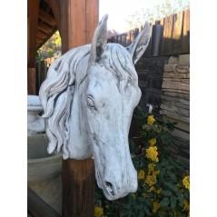 Hlava koně v životní velikosti patina